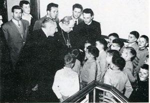 Mons. Antonio Santin Vescovo di Trieste e Capodistria in visita ai bambini dello Zandonai
