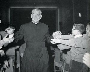 Padre Damiani fra i suoi ragazzi