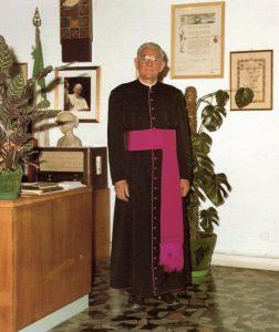 Padre Damiani nel suo studio