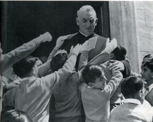 Padre Damiani tra i suoi ragazzi